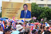Manifestanti thailandesi passano re bhumibol cartellone — Foto Stock