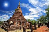 Elephant statues around pagoda against sunbeam — Stock Photo
