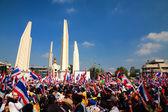 抗议者聚集在曼谷民主纪念碑 — 图库照片