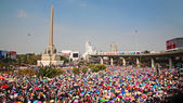 Thai protesters gather at Victory monument — Stock fotografie