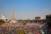 Thai protesters gather at Victory monument to expel Yingluck — Stock Photo