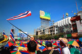 Thai protesters gather at Ladprao junction to resist government — Stock Photo