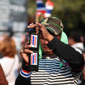 Protester uses a smartphone to capture anti-government rally — Stock Photo
