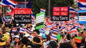 Thai protesters raise anti Shinawatra banner — Stock Photo