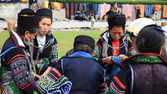 Black Hmong's women at Sapa city — Stock Photo