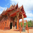 Red Thai temple against blue sky in Ubon — Stockfoto