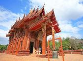 Red Thai temple against blue sky in Ubon — Zdjęcie stockowe