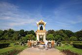 Thai people praying to black Ganesha statue — ストック写真