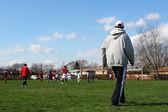 Entrenador observando futbolistas — Foto de Stock