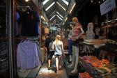 Ragazza straniera, shopping al mercato di fine settimana di chatuchak a bangkok — Foto Stock