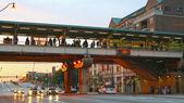 People on Roosevelt CTA Station at twilight sky — Stock Photo