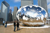 People visit Chicago Skygate Bean covering by snow — Stock Photo