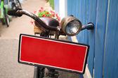Bicicleta con bandera roja llevando flores en maceta — Foto de Stock
