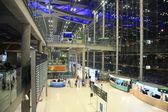 Cestující uvnitř suvanaphumi letiště — Stock fotografie