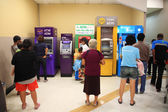 People queuing to withdraw cash in ATM — Stock Photo