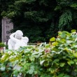 Statue of lovers in the park — Stock Photo