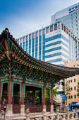 Traditional and modernistic architecture in the center of Seoul in South Korea — Stock Photo