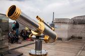 Telescopio presso l'arco di Trionfo, Parigi, Francia — Foto Stock