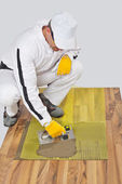 Arbetstagare gäller kakel lim med förstärkning mesh — Stockfoto