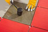 Arbeitnehmer mit hammer und glas-ziegel veranschaulicht, kleber — Stockfoto