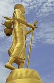 The gold buddha against blue sky — Stock Photo