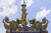 Colorful dragon statue on chinese temple roof — Stock Photo
