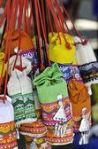 Färgglada andmade väskor på helgmarknaden — Stockfoto
