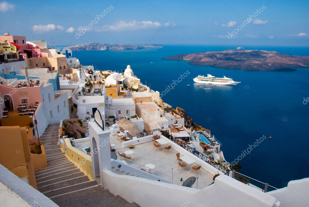 The island of Santorini. Morning view of the harbor, the volcano and Thira — Stock Photo #12006686