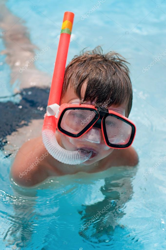 Boy in snorkeling mask with snorkel in pool at aqua park — Stock Photo #13130789