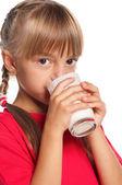 Liten flicka med glas mjölk — Stockfoto