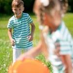 Children playing frisbee — Stock Photo