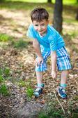 Schattige jongen tekening in het park — Stockfoto