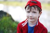 Enfant mignon à la casquette rouge à l'extérieur — Photo