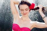 セクシーな女性のシャワー — ストック写真