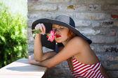 帽子香り花のセクシーなロマンチックな女性 — ストック写真