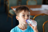 Little boy drink water — Stockfoto
