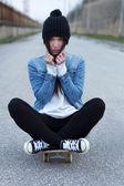 девушка молодая модная брюнетка скейтбордиста — Стоковое фото