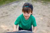 маленький мальчик подняться на площадке — Стоковое фото