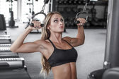 Blonde bodybuilder pulldown practice — Stockfoto