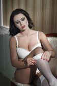 Mujer sexy quitarse las medias blancas — Foto de Stock