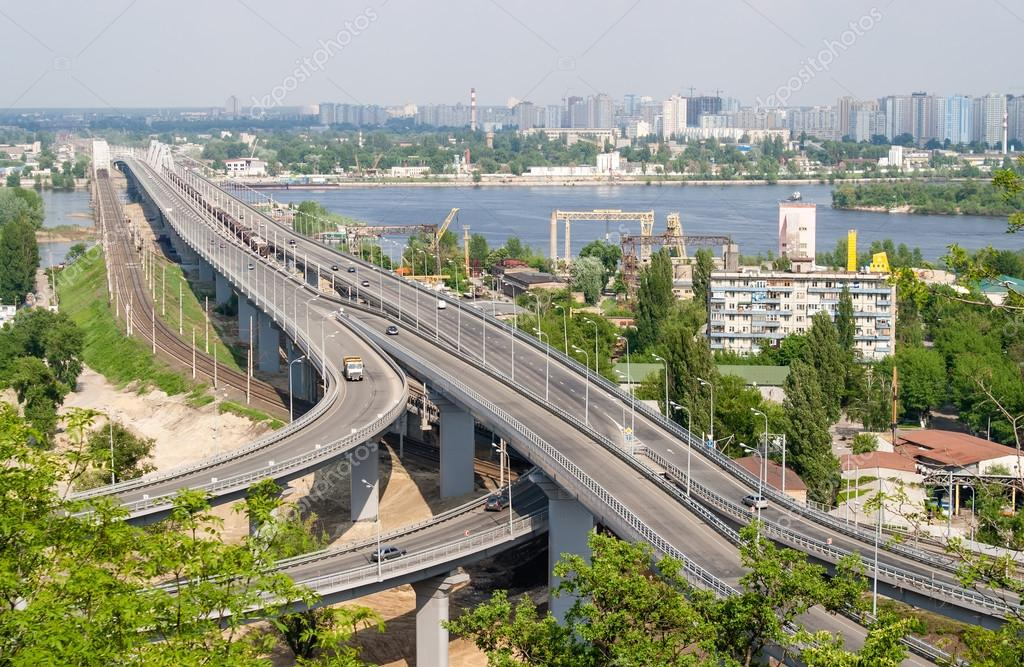 View of highway and railway bridges from a hill over the Dnieper river. Kyiv, Ukraine — Stock Photo #13367173