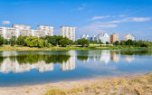 Residential buildings over a lake. Kyiv, Ukraine — Stock Photo
