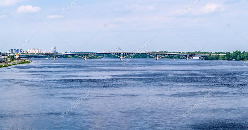 View of Dnieper river and Metro bridge in Kiev, Ukraine — Stock Photo #13401598