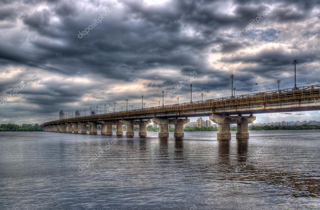 Paton Bridge across the Dnieper river. Kiev, Ukraine — Stockfoto #13402239