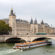 View of Conciergerie, Pont au Change and excursion boat in Paris — Stock Photo