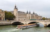 View of Conciergerie, Pont au Change and excursion boat in Paris — Stock Photo