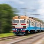 郊区电动火车上背景模糊 — 图库照片