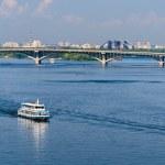 View of Dnieper river and Metro bridge in Kiev, Ukraine — Stock Photo #49151561