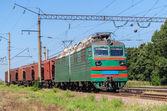 Locomotiva elettrica trasportando un treno di grano — Foto Stock