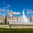Fountain in front of Jeronimos Monastery in Lisbon, Portugal — Stock Photo